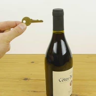 Cómo descorchar una botella de vino con una llave