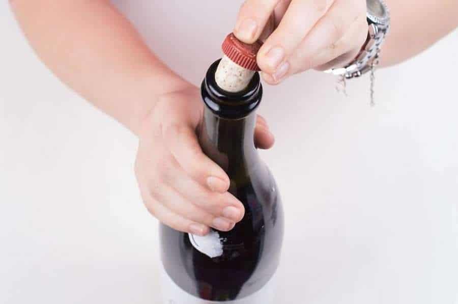 Tapar la botella del vino con un corcho nuevo